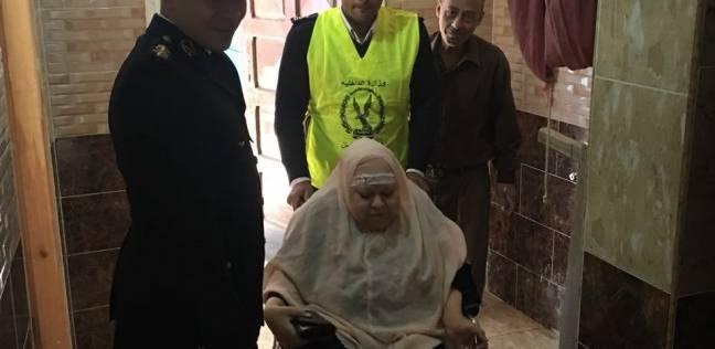 الشرطة تنقل مسنة عاجزة عن الحركة إلى مقرها الانتخابي بروض الفرج