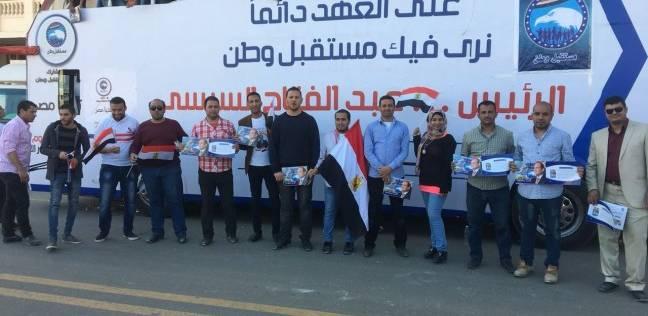 إقبال جماهيري على شراء السلع الغذائية لقافلة حزب مستقبل وطن بنجع حمادي
