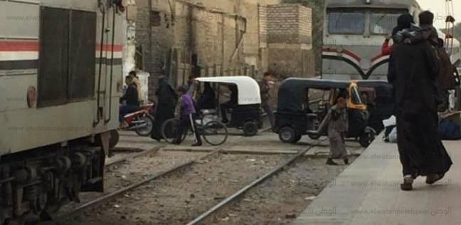 انقلاب سيارة نقل محملة بكراتين على مزلقان محطة الزقازيق