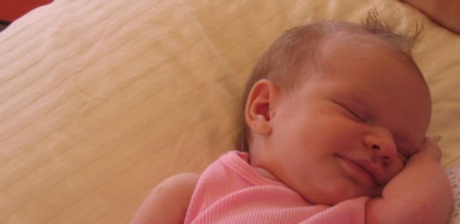 ابتسامة الأطفال عند نومهم