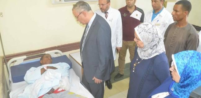 محافظ المنيا يزور مصابين بحادث الشرفا.. وحبس السائق 15 يومًا