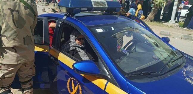 سيارة شرطة لنقل عجوز للتصويت بالعاشر من رمضان