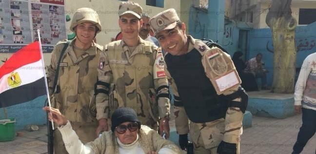 """معمرة """"104 أعوام"""" تصر على التقاط صور تذكارية مع أفراد الجيش"""