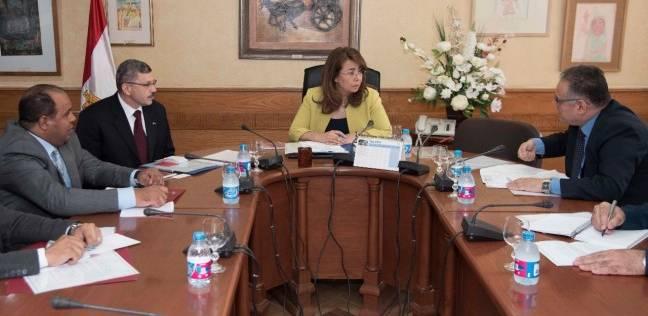 وزيرة التضامن تبحث سبل دعم ومساعدة أسر الشهداء والمصابين