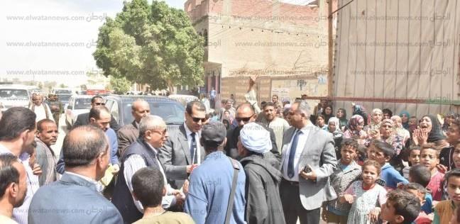 محافظ أسيوط يصافح الناخبين ويحييهم لمشاركتهم بالتصويت