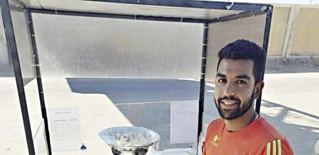 «هشام» أمام عربة الطعام