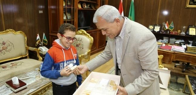"""""""مصحف وسجادة"""".. هدية طفل لمحافظ المنوفية بعد الاستجابة لشكواه"""