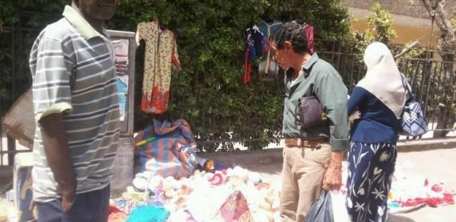 شن حملات لإزالة الباعة الجائلين على شريط ترام الإسكندرية