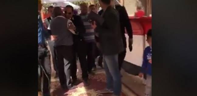 بالفيديو| شرطي يستقبل الناخبين بالأحضان في حلوان