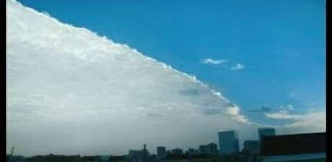 بالفيديو| لقطة مذهلة.. انقسام السماء نصفين في مدينة صينية
