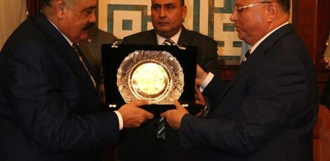 محافظ القاهرة يكرم السكرتير العام لبلوغه سن المعاش
