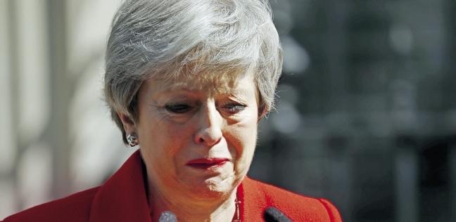 رئيسة وزراء بريطانيا تودّع منصبها بالدموع.. وتترك «بريكست» بلا حل