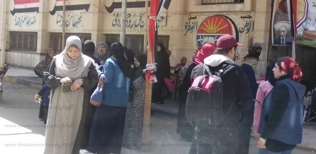إقبال ملحوظ للسيدات أمام لجان الاستفتاء بدمياط