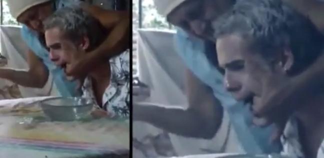 بالفيديو  رجل يخرج الصراصير والديدان من فمه: أصبت بلعنة الفودو الشريرة