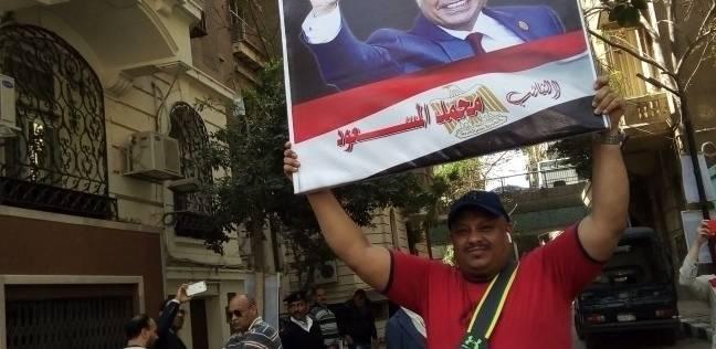 وليد حاملا صورة الرئيس: لو ابويا نزل الانتخابات برضوا هختار السيسي