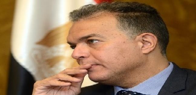 """انقسام بين رواد محطة مصر حول استقالة وزير النقل.. """"الناس هتفضل تموت"""""""