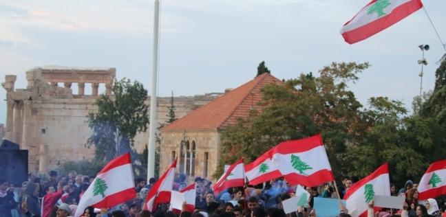 متظاهرو لبنان ينزعون علم حزب  القوات .. ويرفعون العلم اللبناني بدلا منه - العرب والعالم -