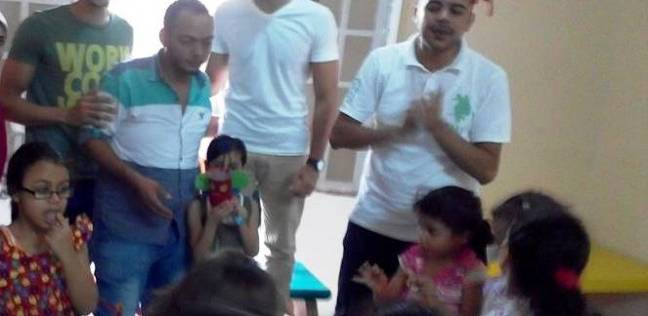 الصديقان محمد واحمد مع الاطفال الذين اعتادوا على زيارتهم