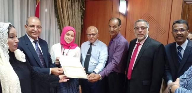 محافظ بورسعيد يكرم ندى حبيب الأولى على الجمهورية بالثانوية العامة