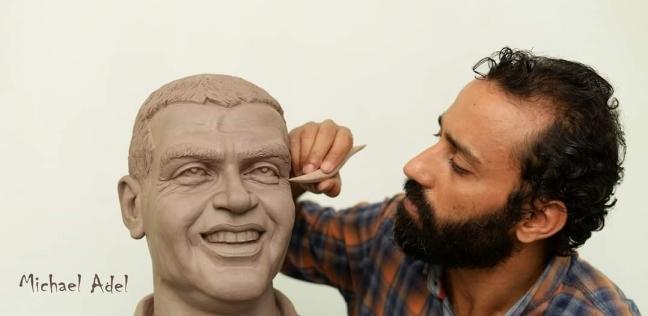 «مايكل» يضع اللمسة الأخيرة على تمثال «المنسى»