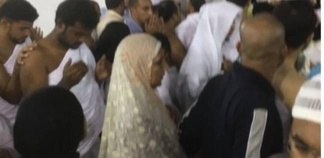 هل يجوز للمرأة تقبيل الحجر الأسود وهي كاشفة عن وجهها بحضرة الرجال؟