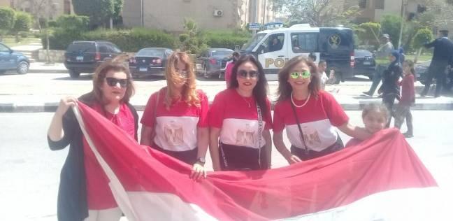 """بالصور  سيدات ترتدي """"تيشيرتات"""" مرسوم عليها علم مصر"""