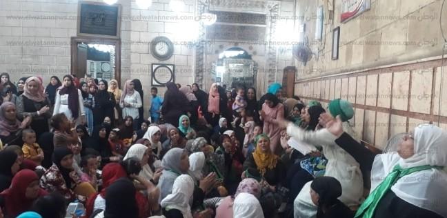 """الأمن يفض """"زفة سيدات"""" في مسجد الحسين"""