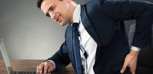 دراسة| الجلوس على المكاتب بإنحناء يخفيف ألم المفاصل والعضلات