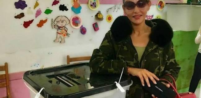 هبة الأباصيري تدلي بصوتها في الانتخابات الرئاسية