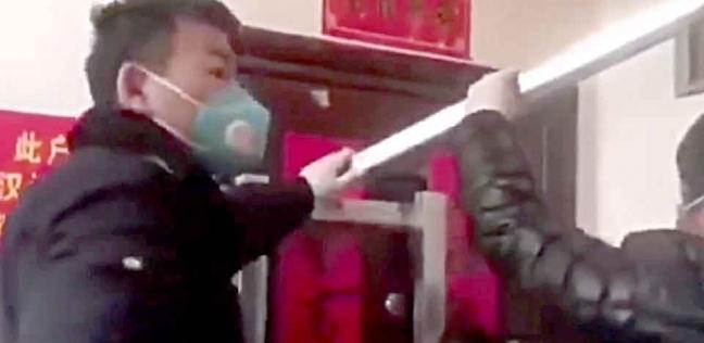 لقطة من مقطع الفيديو الذي يظهر حصار السيدة داخل منزلها