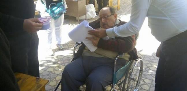 خروج مستشار من لجنته لمساعدة كبار السن في التصويت بالإسكندرية