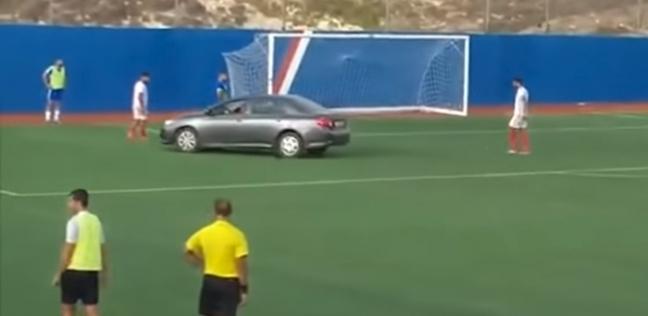 بالفيديو| سيارة ملاكي تنزل أرض الملعب لنقل لاعب مصاب