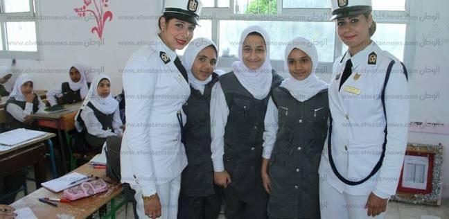 الشرطة النسائية تتفقد المدارس بمطروح ويقدمن الهدايا التذكارية للطلاب