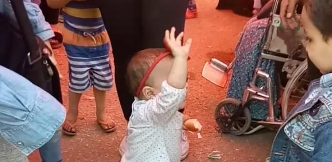 """طفلة ترقص مع والدتها على أنغام """"بشرة خير"""" أمام لجنة انتخابية في شبرا"""