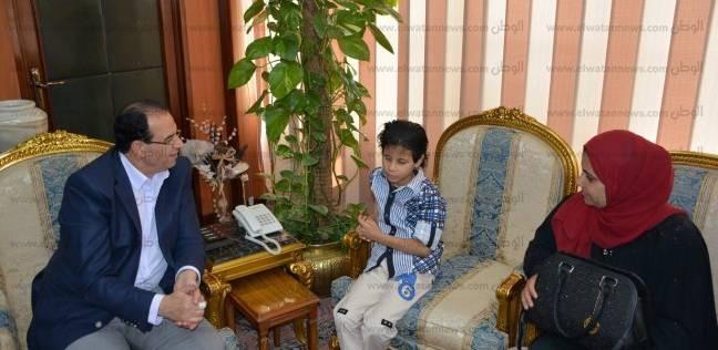 """""""الشعراوي"""" يلتقي طفلا كفيفا يحفظ القرآن الكريم والشعر"""