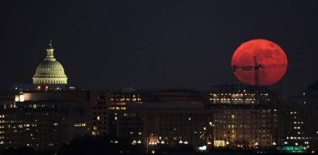 """""""القمر الأزرق الدموي العملاق""""..العالم يشهد ظاهرتين نادرتين في يوم واحد"""
