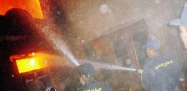 سيارات الإطفاء تحاول السيطرة على حريق مصنع كرتون بالعبور