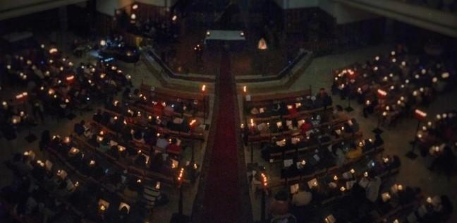 """بالصور  """"الأسقفية"""" تنظم حفل ترانيم الميلاد تحت أضواء الشموع"""