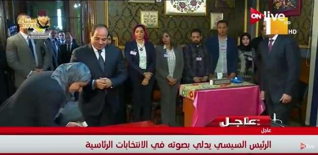 بالفيديو| السيسي أول ناخب يدلي بصوته في الانتخابات.. ويصافح المسؤولين