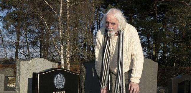 """العجوز الاسكتلندي """"آلان هاتل"""" يقف بجوار قبره"""