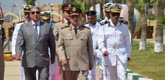 قيادات الجيش وأمن الإسماعيلية يضعون أكاليل الزهور على النصب التذكاري