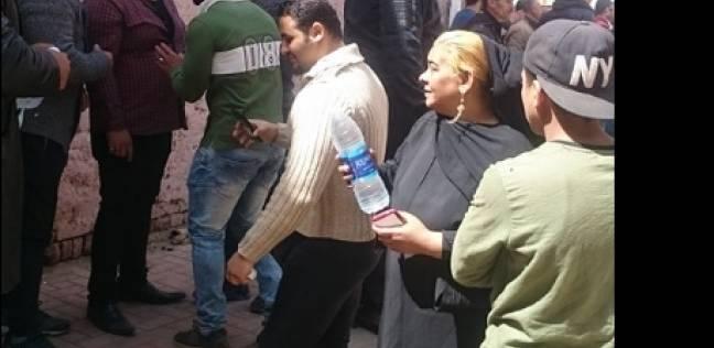 """إيما توزع المياه على الناخبين في بولاق أبوالعلا: """"واجب وطني"""""""