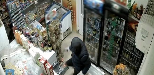 بالفيديو| روسية تتصدى للص مسلح بممسحة وتجبره على الهرب