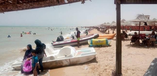 شاطئ السويس العام يستقبل مئات المصطافين في ثالث أيام العيد