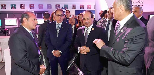 السيسي يزور جناح البنك الأهلي في أسوان