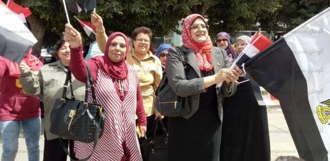 """مسيرة نسائية في شبرا لحث المواطنين على التصويت بهتافات """"تحيا مصر"""""""