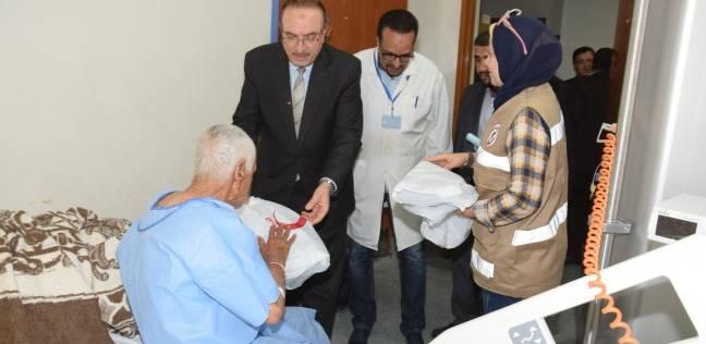 محافظ بني سويف يوزع الهدايا على مرضى المستشفى العام بمناسبة العيد
