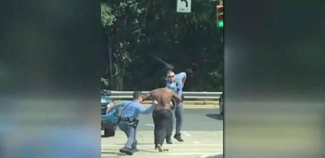 بالفيديو  رجل نصف عار هائج يشبع 4 أفراد شرطة ضربا ولكما!
