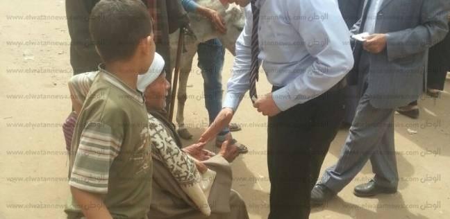 مستشار يخرج لناخب عجوز ليدلي بصوته في الانتخابات بأسيوط