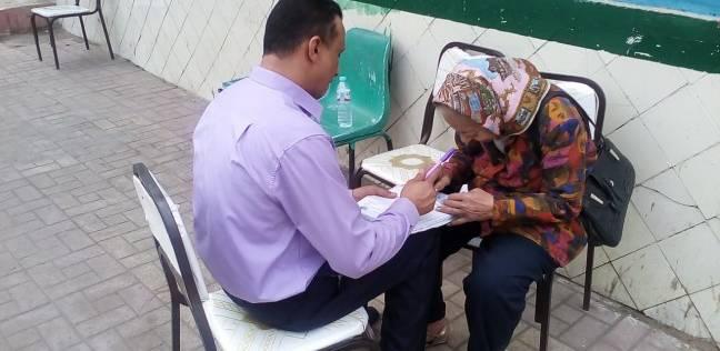 قاضي بالجيزة يخرج من لجنته لمعاونة المسنين في الإدلاء بأصواتهم